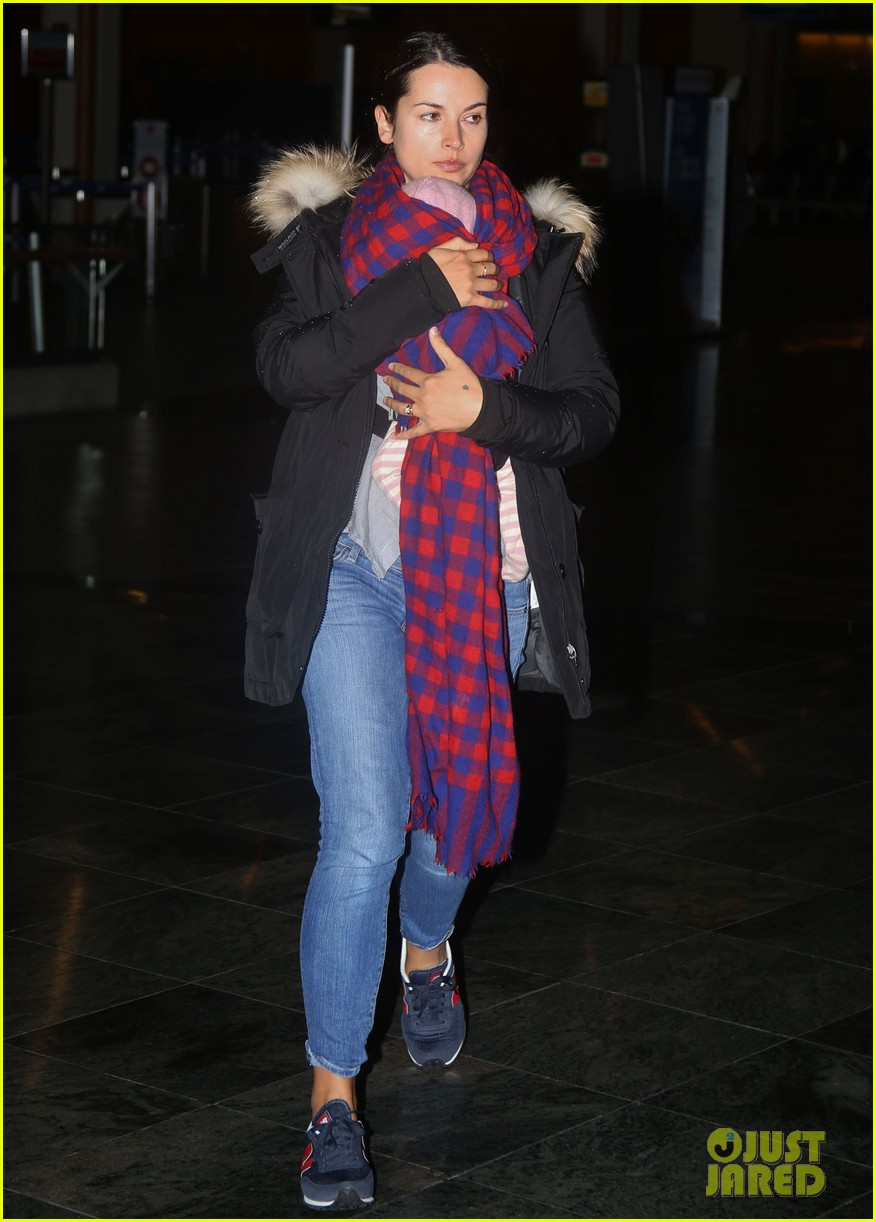 jamie dornan leaves vancouver with his wife daughter 123058864