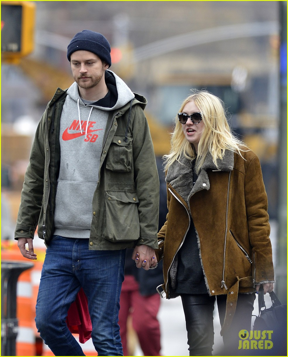 dakota elle fanning enjoy enjoy very different weather on separate coasts 043057196