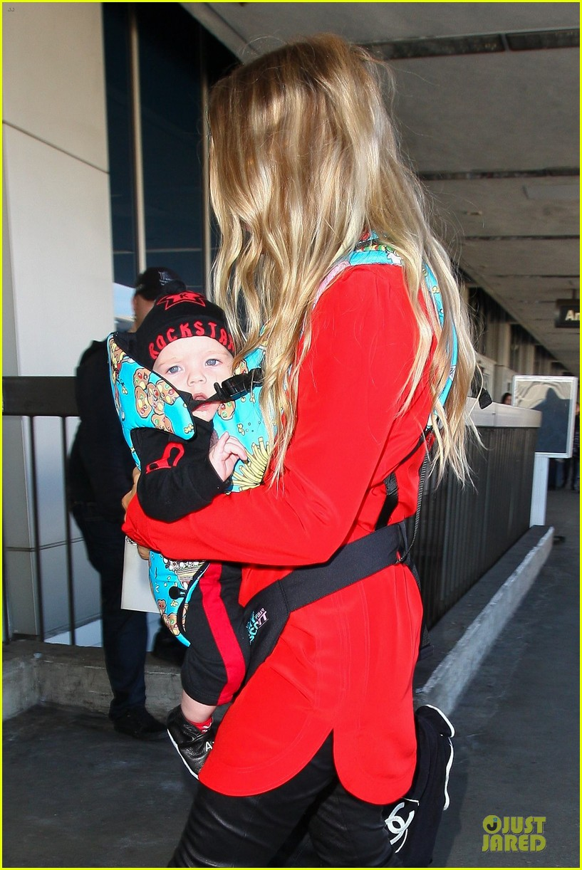 fergie wears baby carrier to hold axl at lax airport 023051832