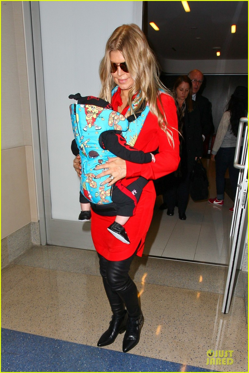 fergie wears baby carrier to hold axl at lax airport 033051833