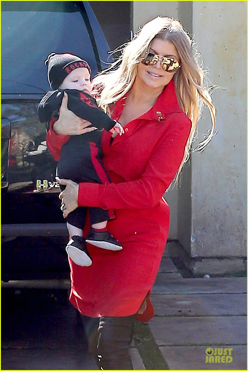 fergie wears baby carrier to hold axl at lax airport 043051834