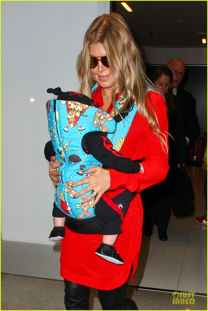 fergie wears baby carrier to hold axl at lax airport 06