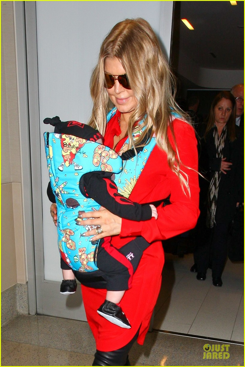 fergie wears baby carrier to hold axl at lax airport 073051837