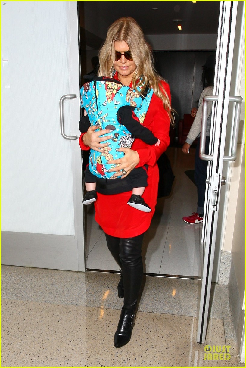 fergie wears baby carrier to hold axl at lax airport 093051839