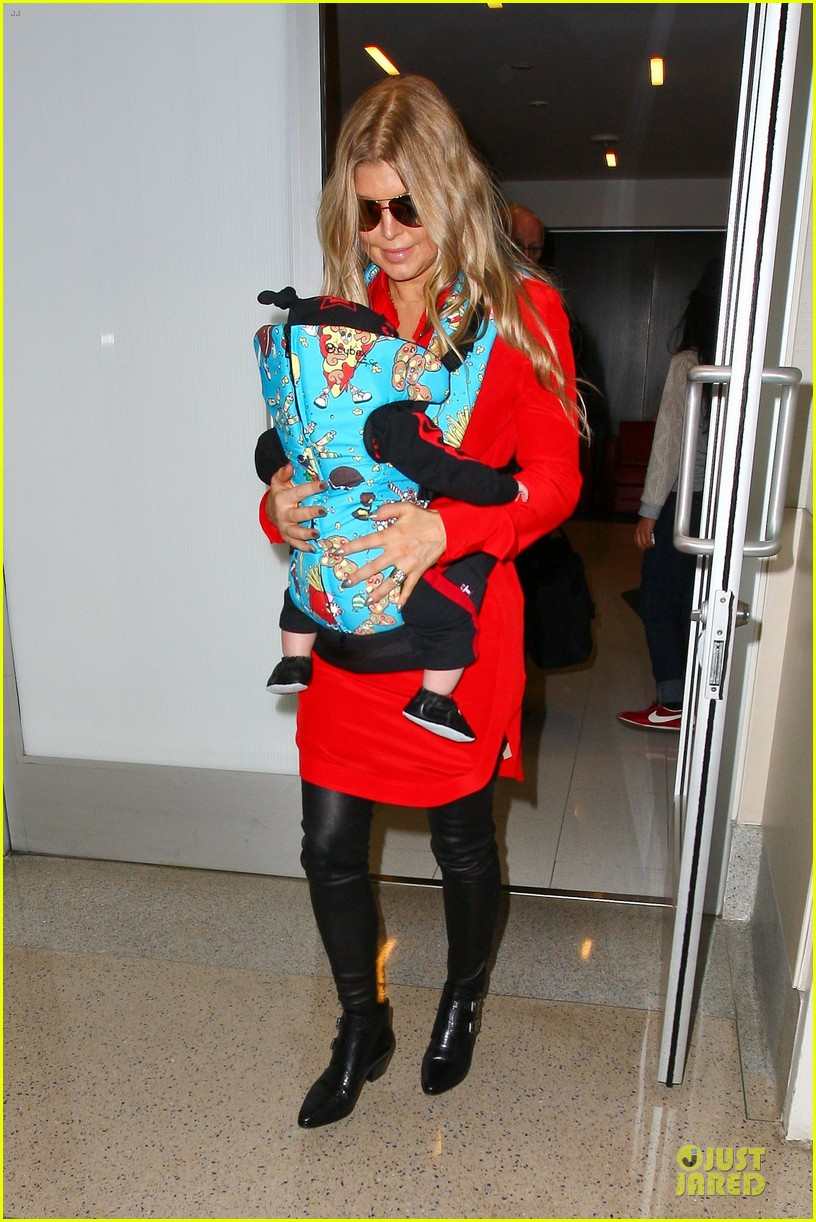 fergie wears baby carrier to hold axl at lax airport 113051841