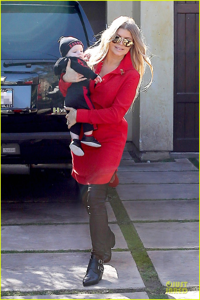 fergie wears baby carrier to hold axl at lax airport 133051843