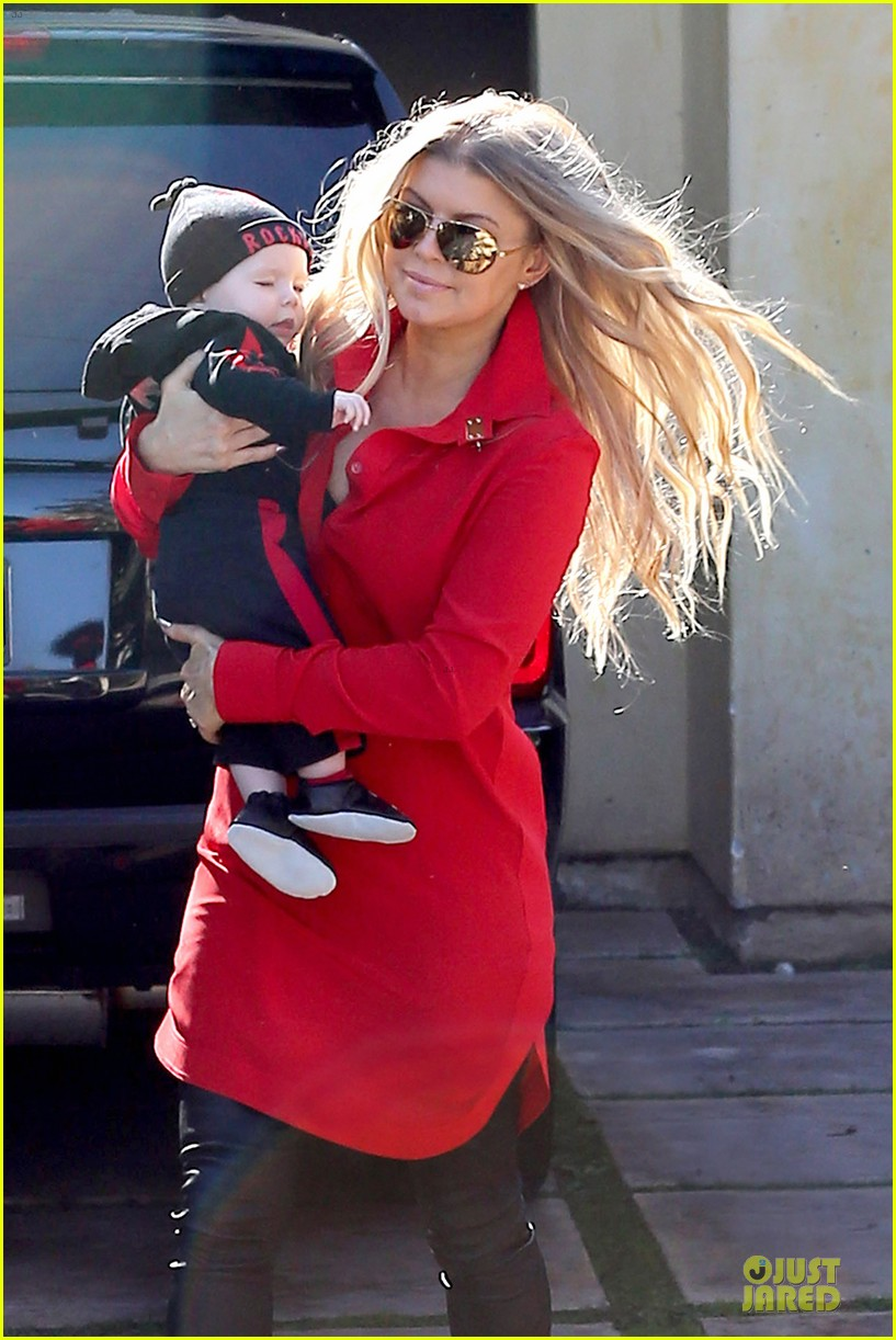 fergie wears baby carrier to hold axl at lax airport 153051845