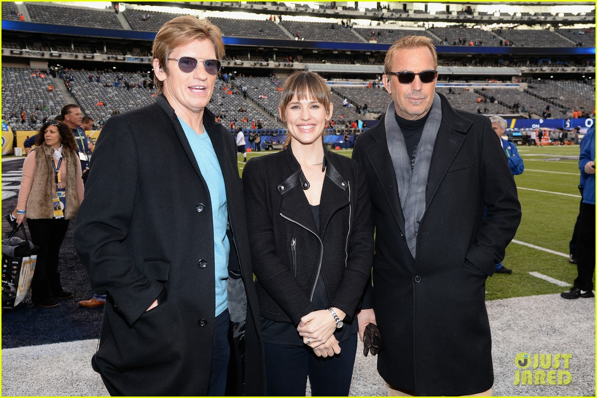 jennifer garner stands at the sidelines with draft day co stars at super bowl 2014 013046591