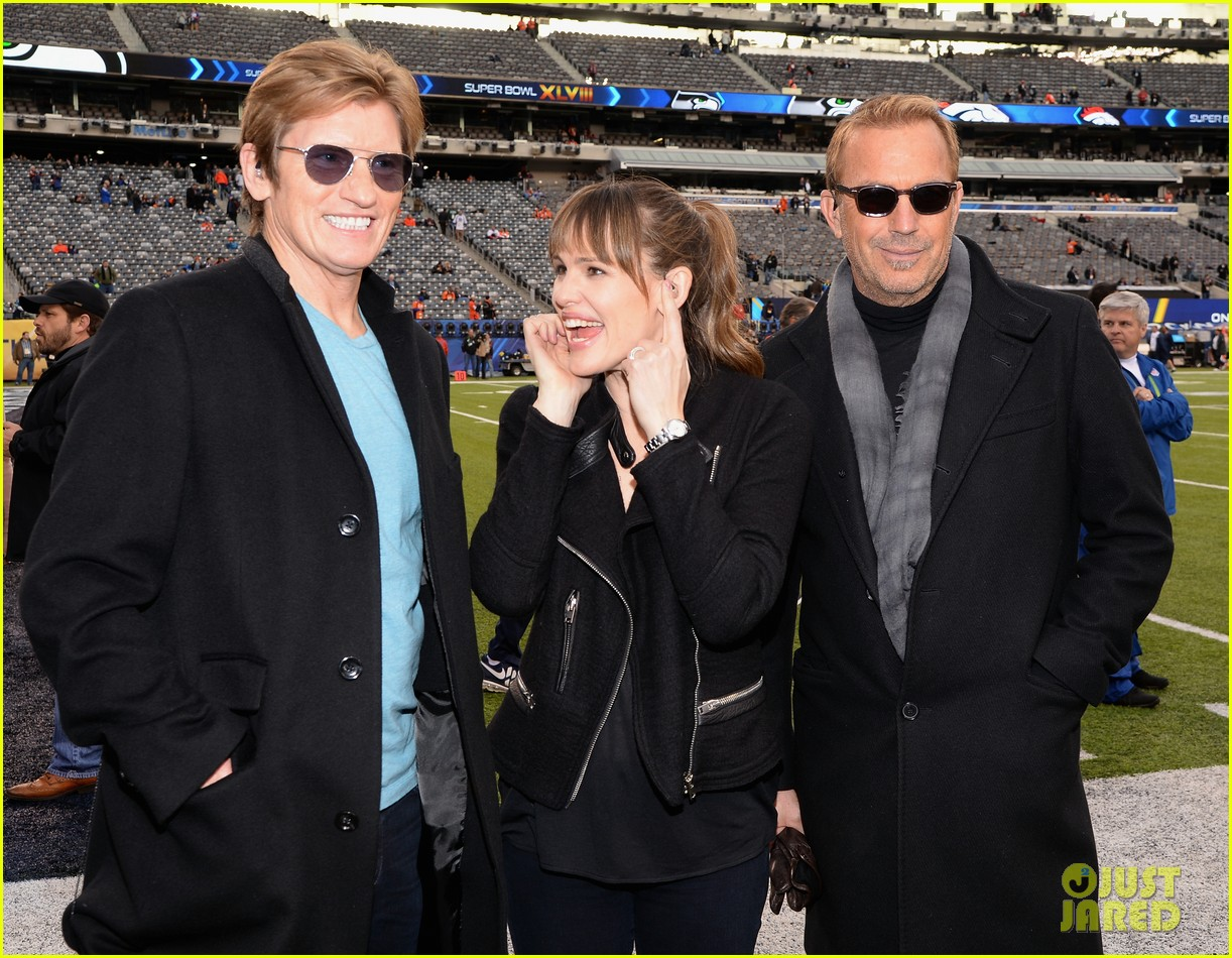 jennifer garner stands at the sidelines with draft day co stars at super bowl 2014 023046592