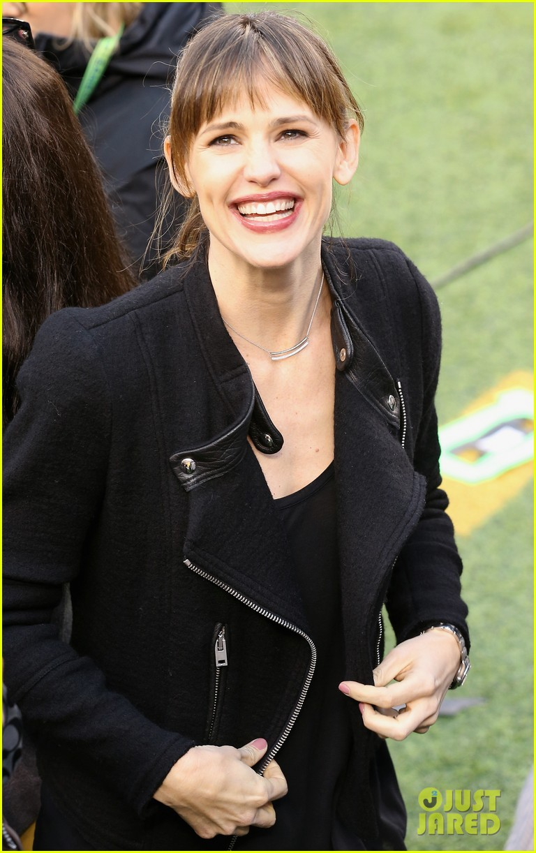 jennifer garner stands at the sidelines with draft day co stars at super bowl 2014 033046593
