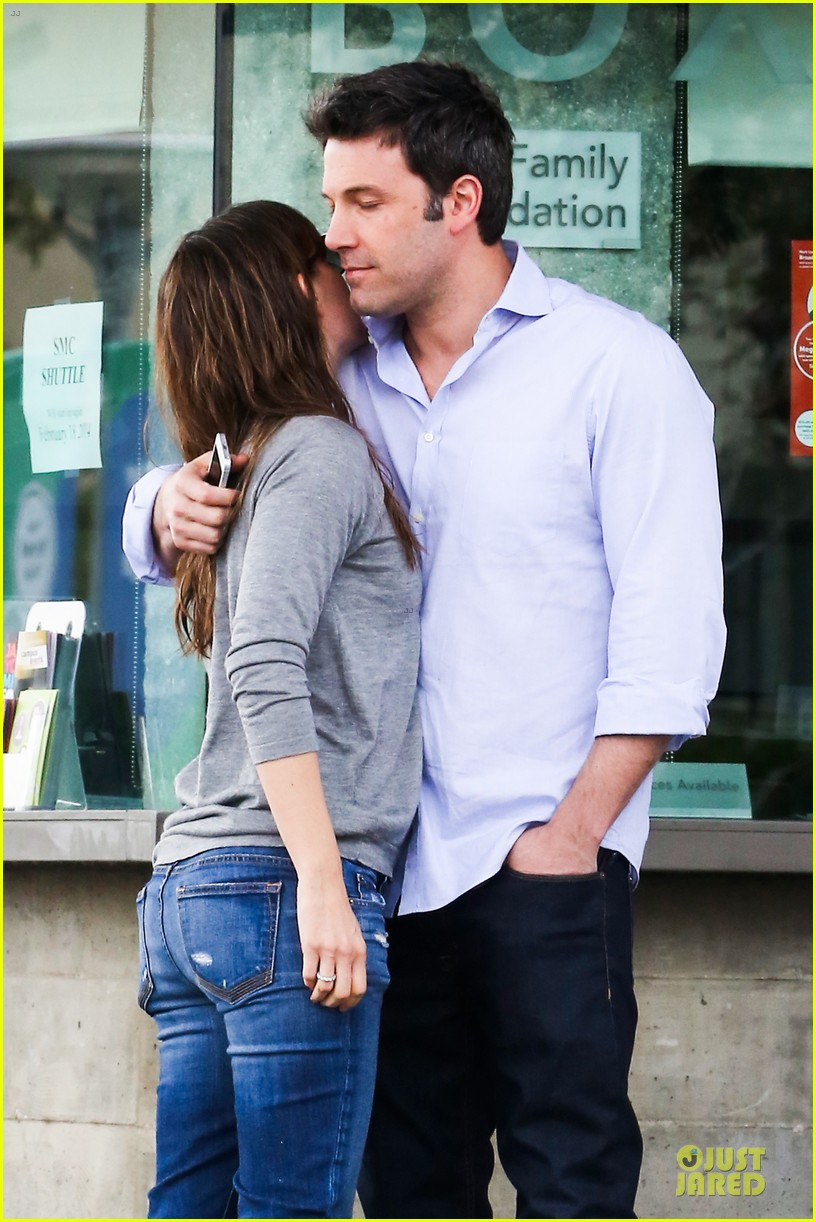 jennifer garner wrapped up by ben affleck at broad stage theatre 023054057