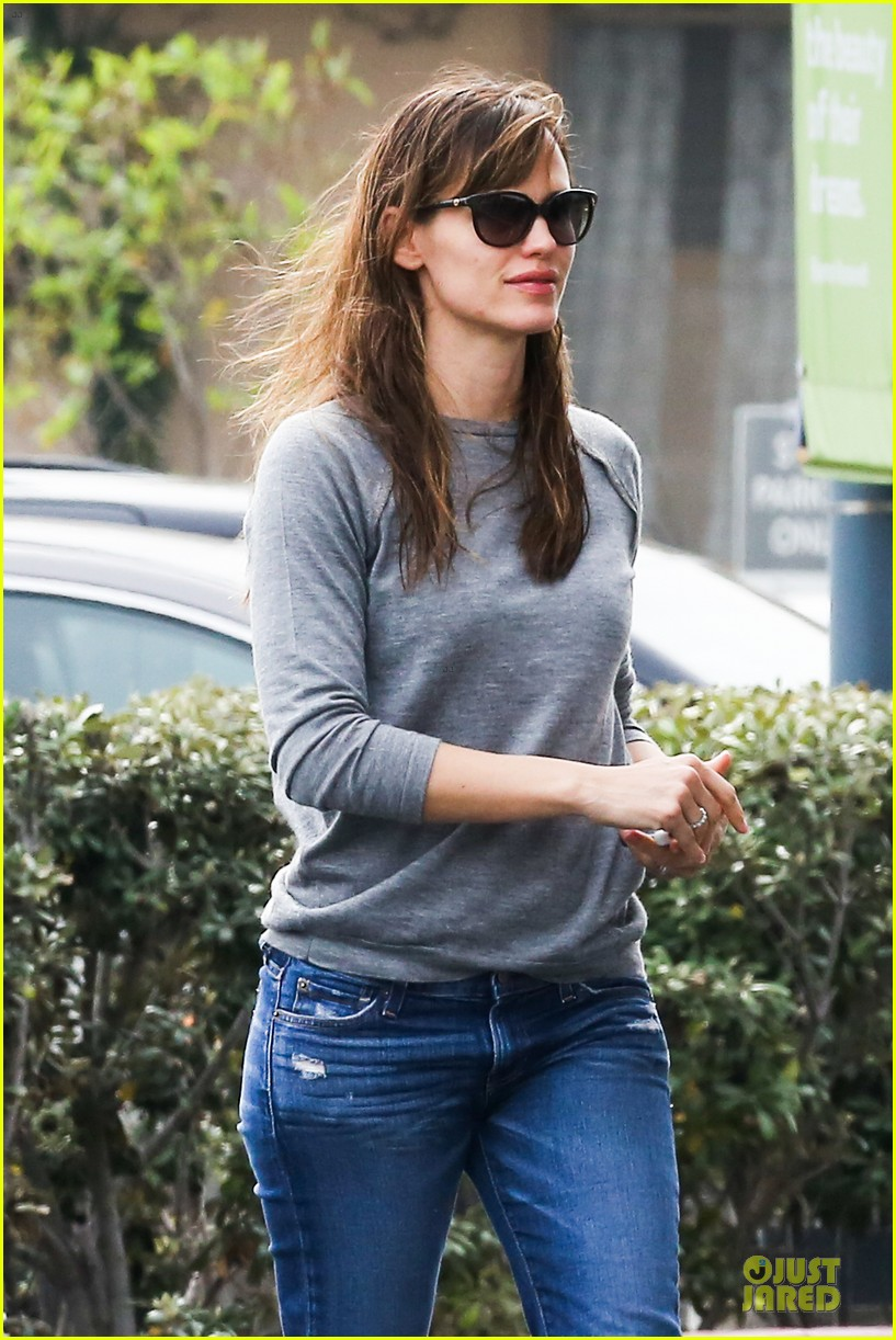 jennifer garner wrapped up by ben affleck at broad stage theatre 043054059