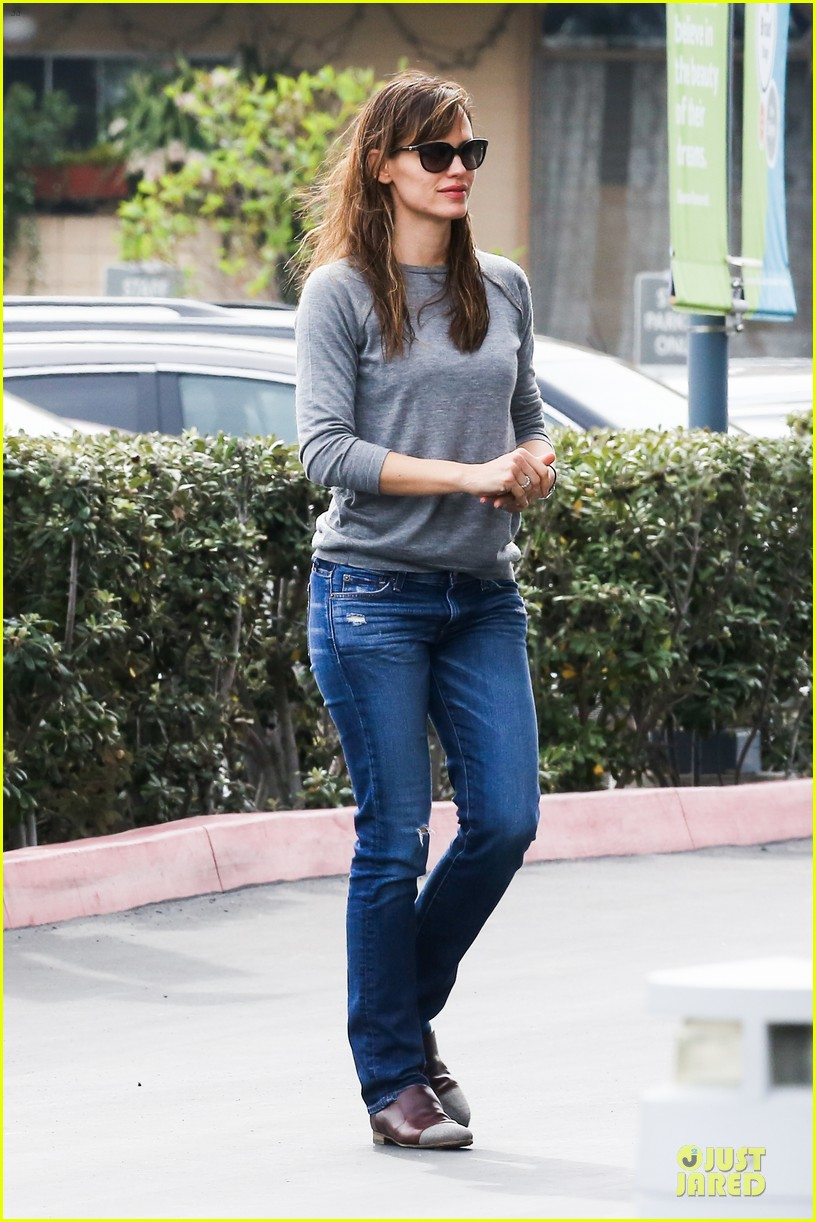 jennifer garner wrapped up by ben affleck at broad stage theatre 06