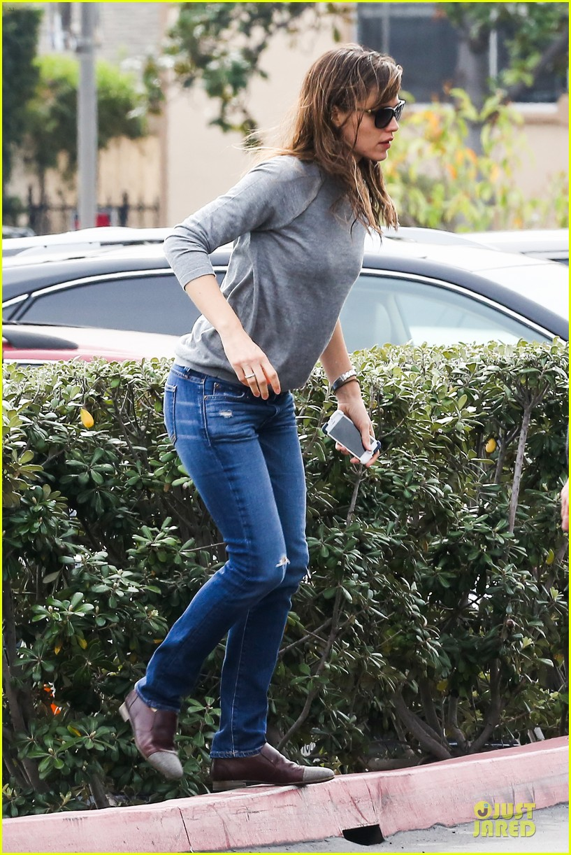 jennifer garner wrapped up by ben affleck at broad stage theatre 123054067