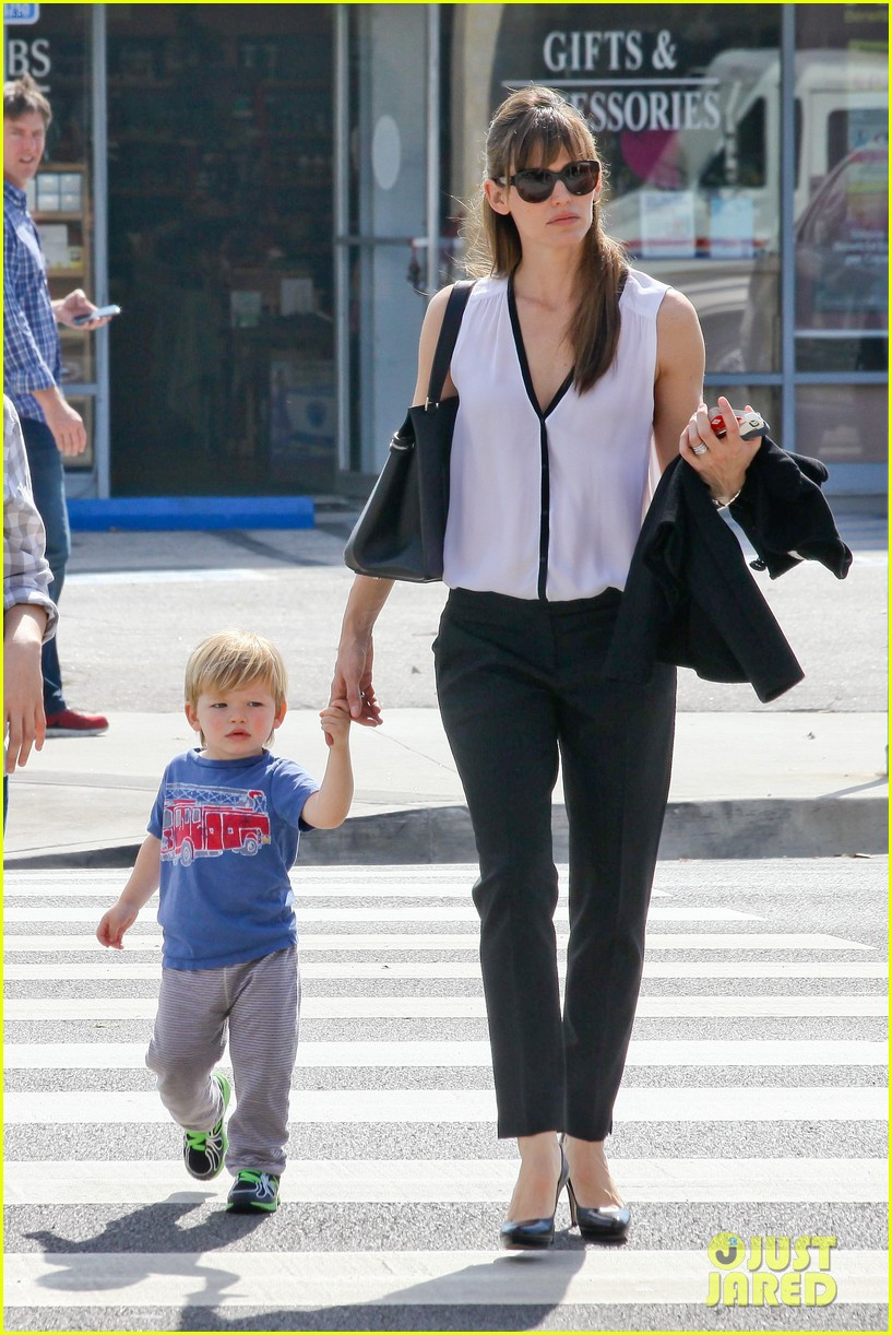 jennifer garner runs errands around town with the kids 01