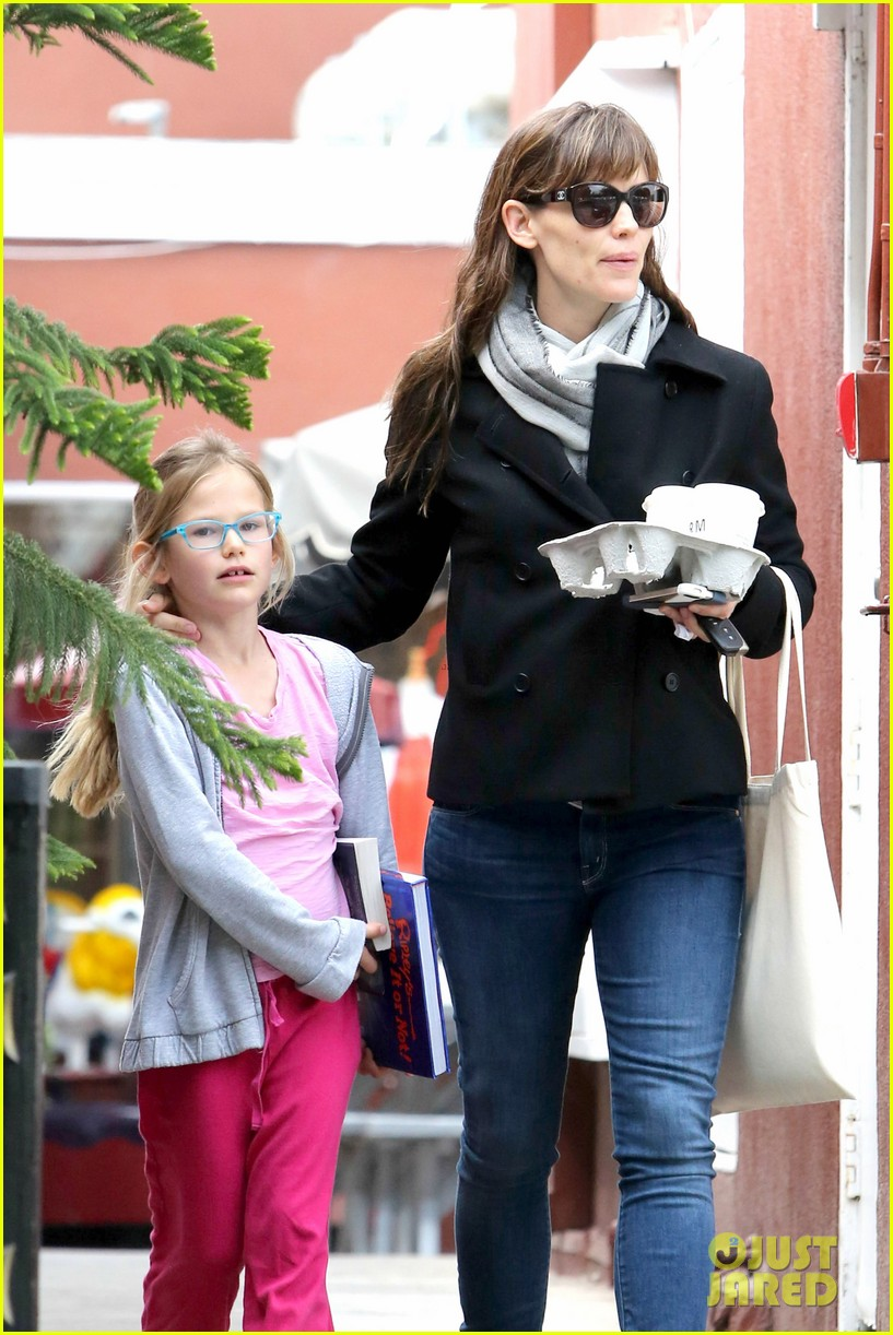 jennifer garner runs errands around town with the kids 023057762