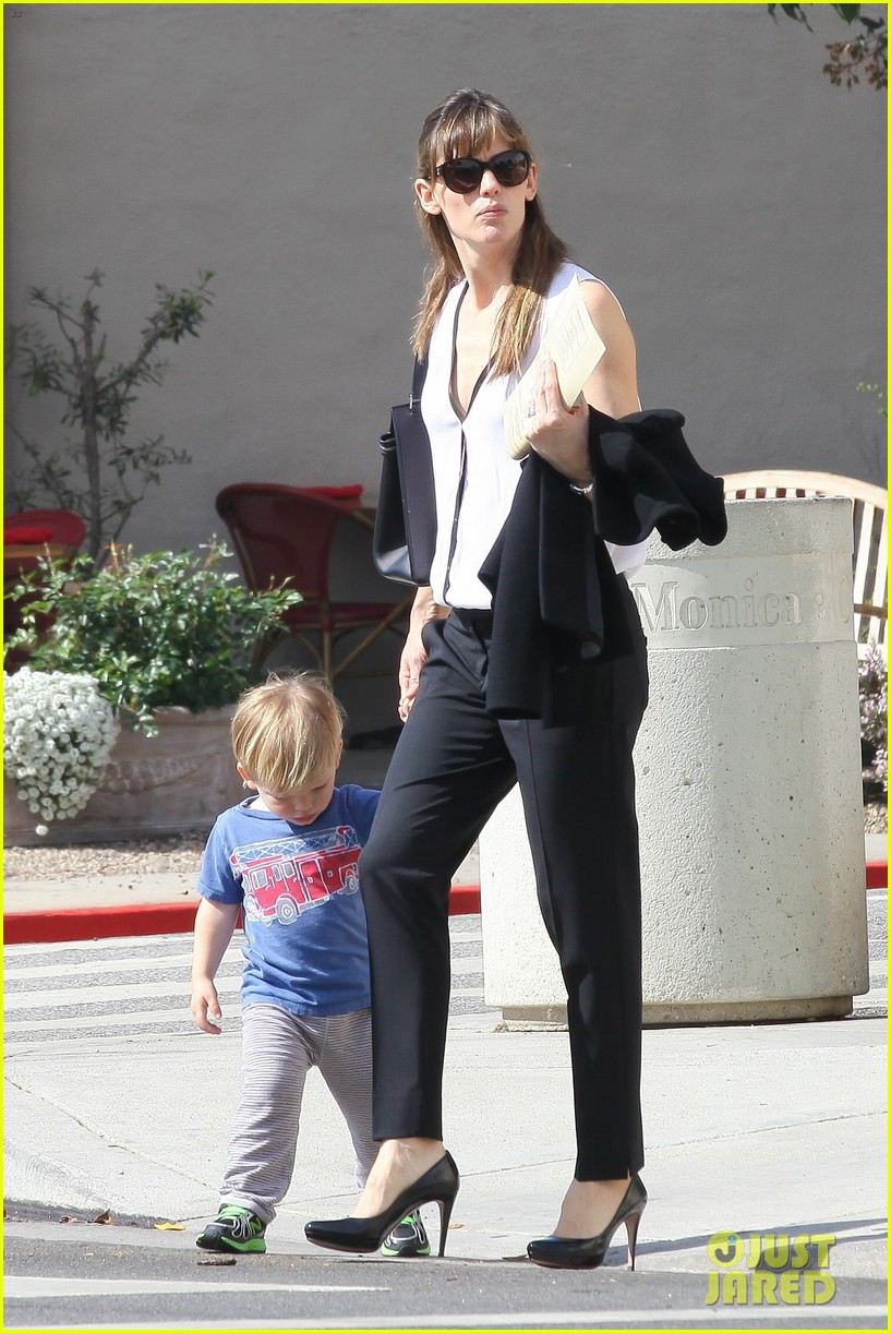 jennifer garner runs errands around town with the kids 033057763