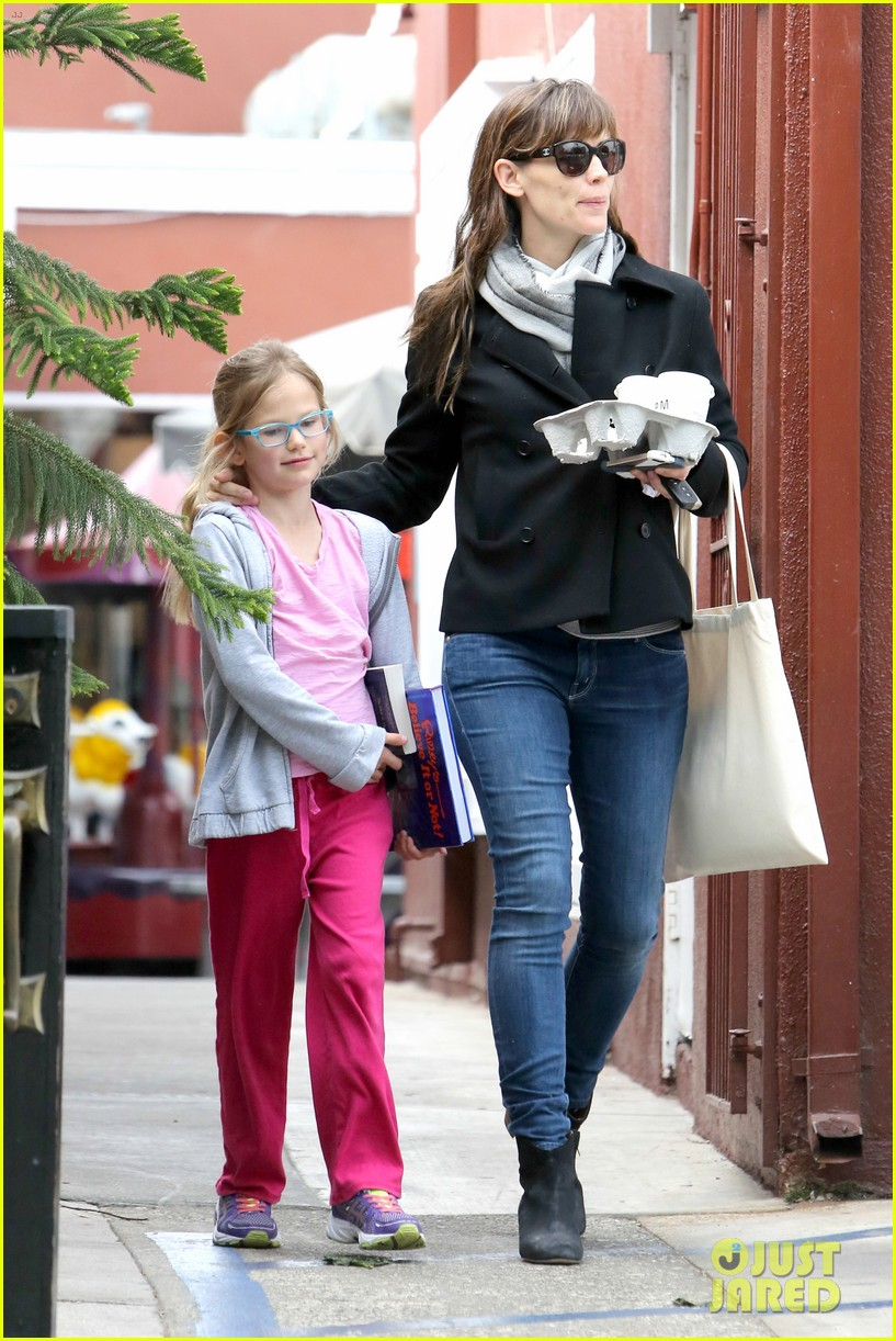 jennifer garner runs errands around town with the kids 053057765