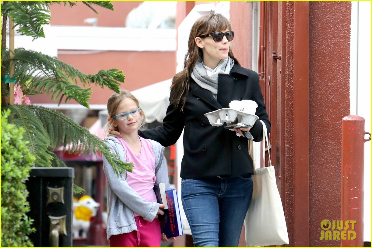 jennifer garner runs errands around town with the kids 07