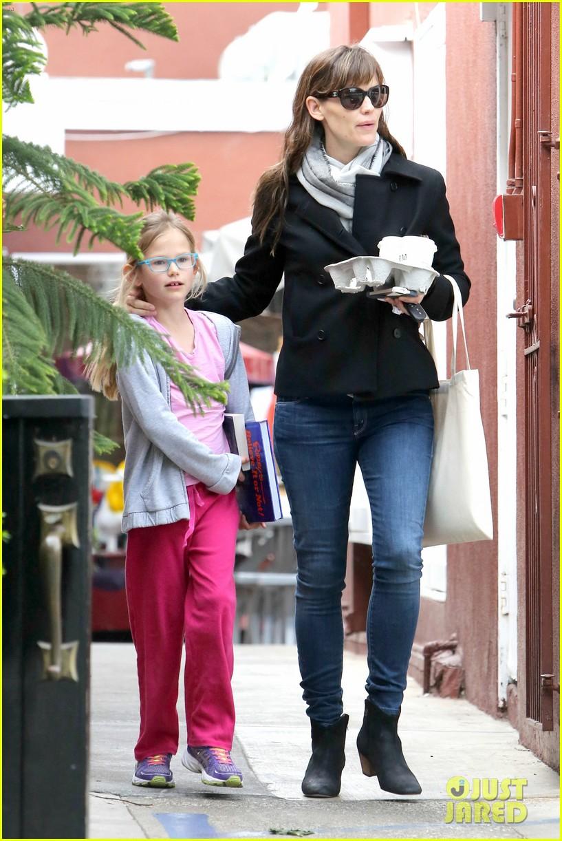 jennifer garner runs errands around town with the kids 083057768