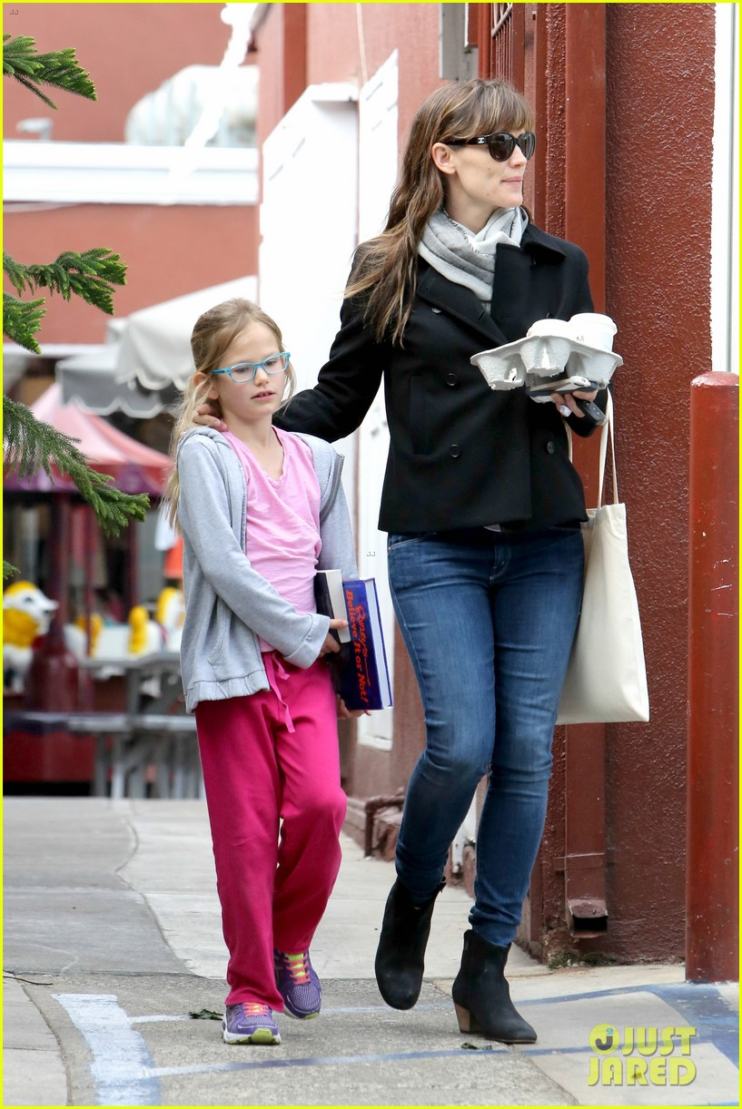 jennifer garner runs errands around town with the kids 09