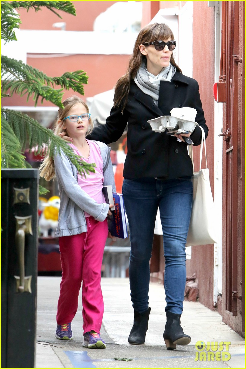 jennifer garner runs errands around town with the kids 103057770