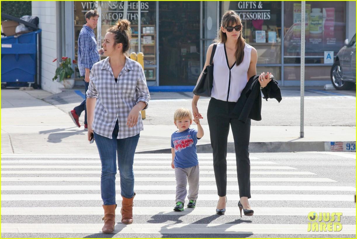 jennifer garner runs errands around town with the kids 143057774