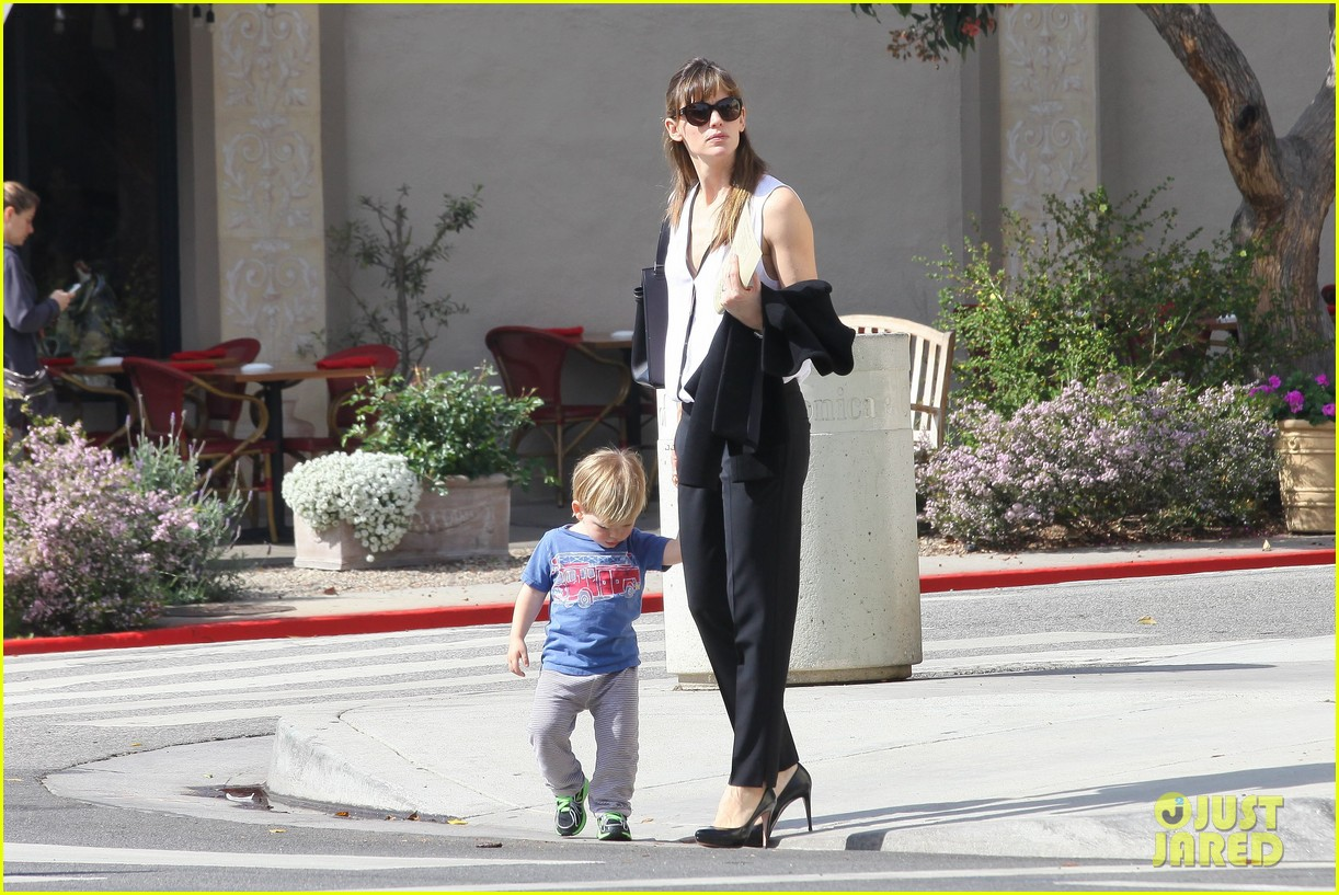 jennifer garner runs errands around town with the kids 153057775
