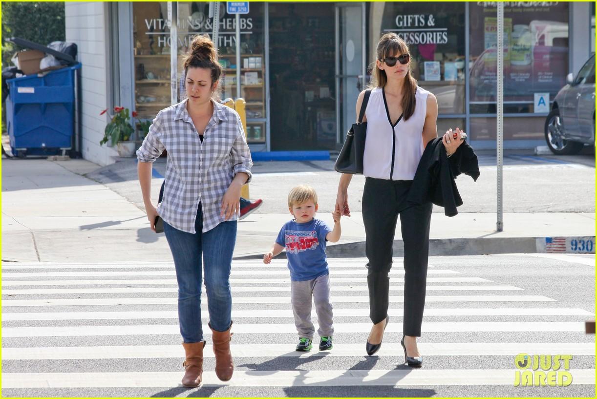 jennifer garner runs errands around town with the kids 193057779