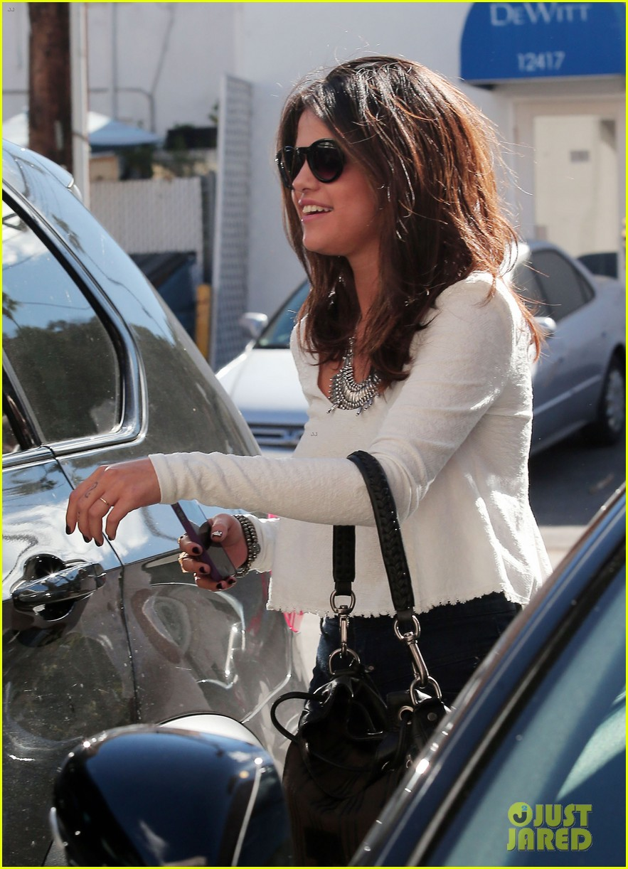 selena gomez is all smiles after leaving casting call 04