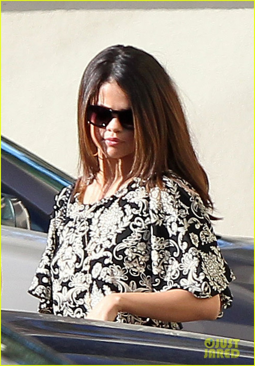 selena gomez shows off lots of skin in crop top 083053089