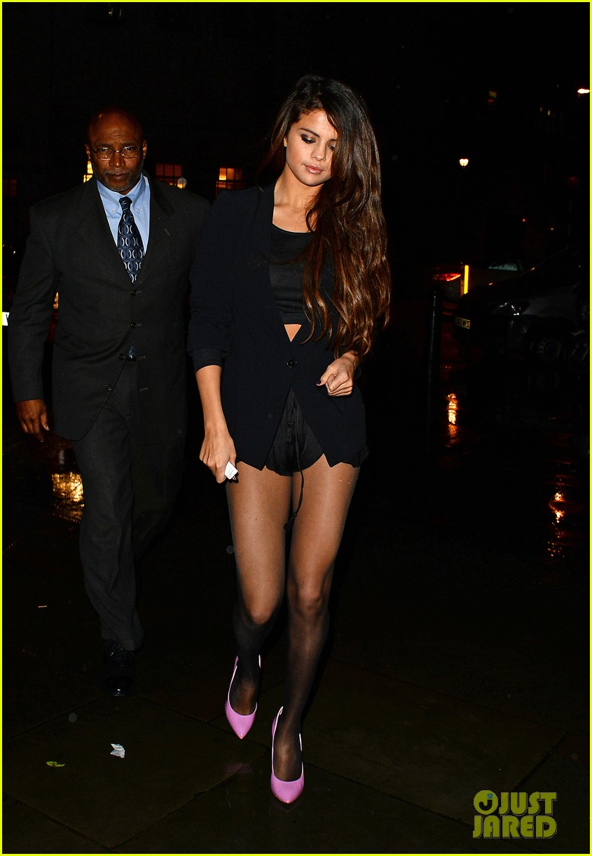 selena gomez shows off legs for days on night out in london 093055278