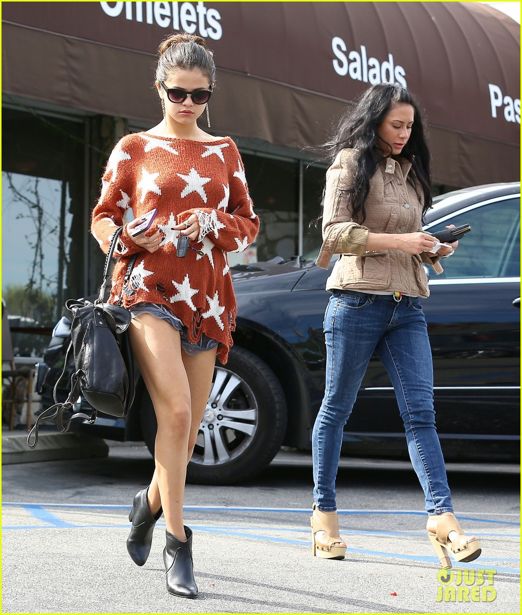 selena gomez wears same star sweater owned by bff taylor swift 043047480