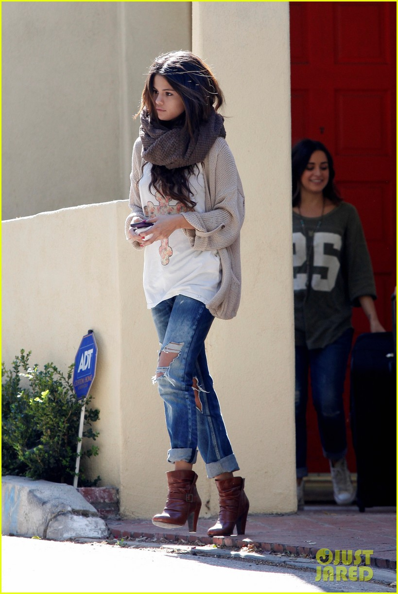 selena gomez spends sunday with her friend 01