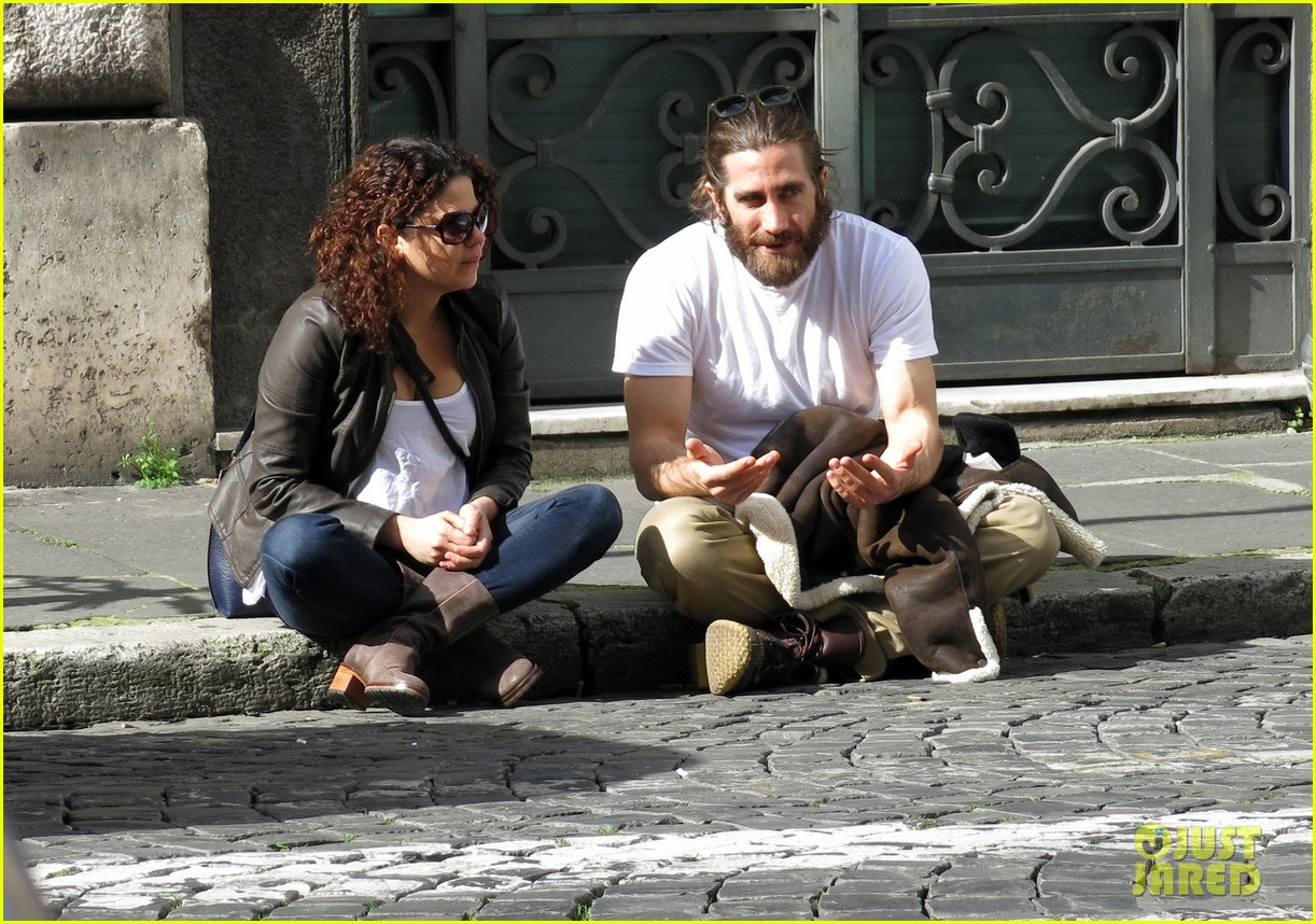 jake gyllenhaal sports very bushy beard in rome 02