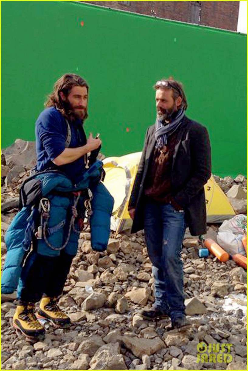 jake gyllenhaal sports long hair shaggy beard first everest set photos 05