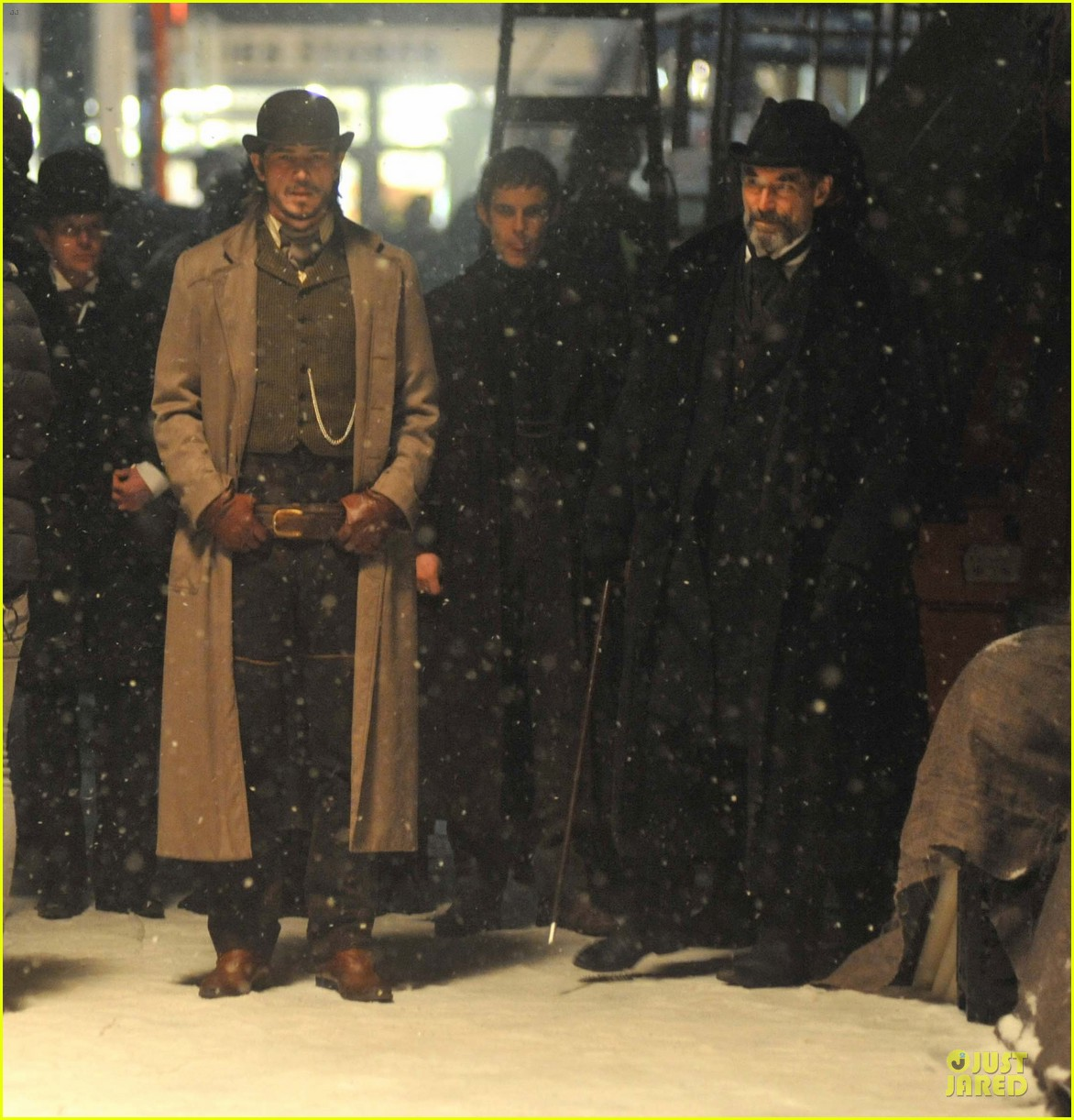 josh hartnett arrives in full costume on penny dreadful set 033051581