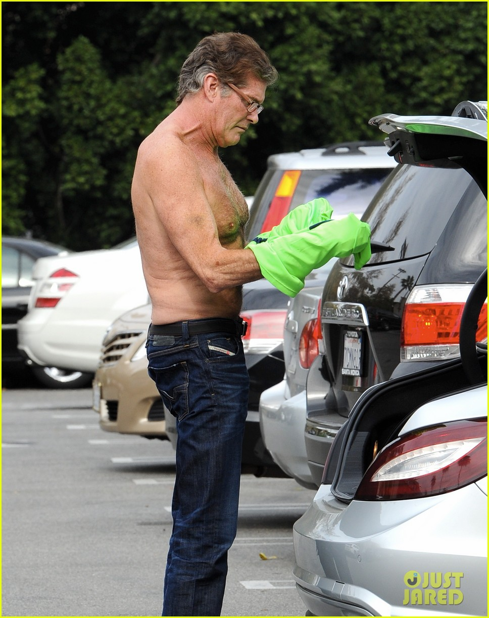 david hasselhoff changes his shirt in middle of a parking lot 04