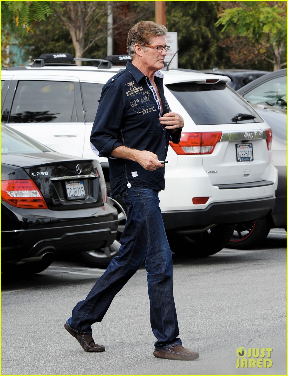 david hasselhoff changes his shirt in middle of a parking lot 053054114