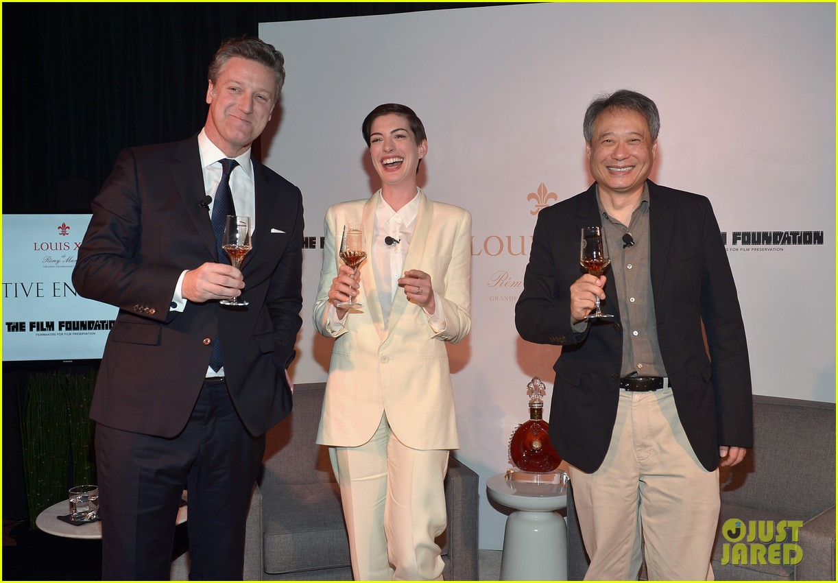 anne hathaway suits up to toast director ang lee 033056863