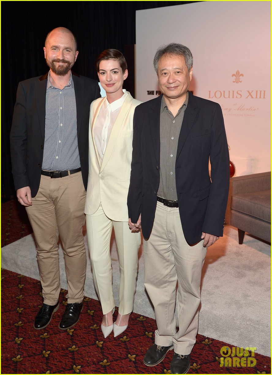 anne hathaway suits up to toast director ang lee 043056864