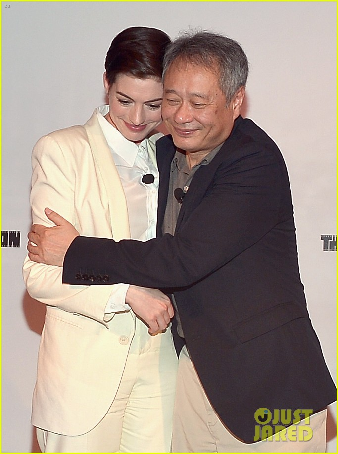 anne hathaway suits up to toast director ang lee 053056865