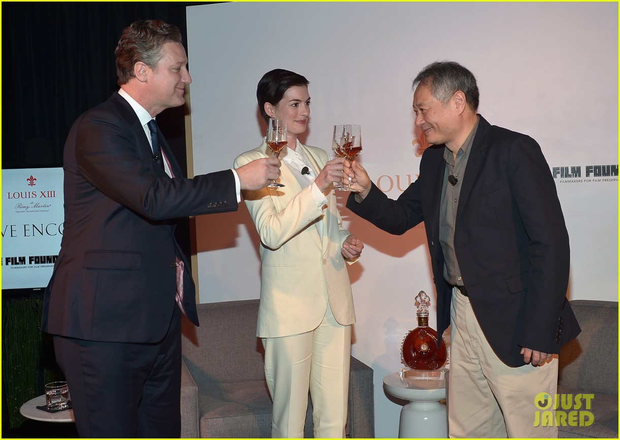 anne hathaway suits up to toast director ang lee 063056866