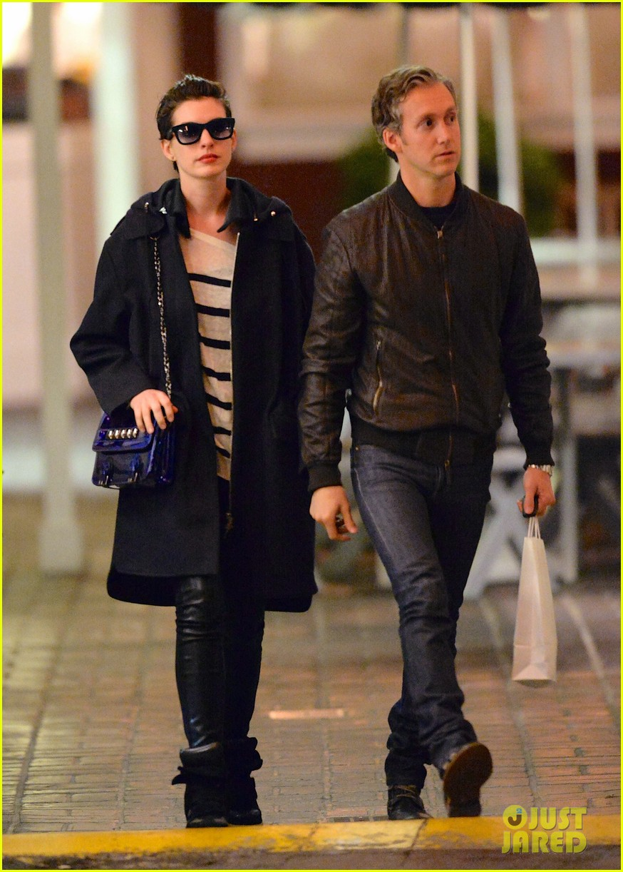 anne hathaway keeps cool on her date night with adam shulman 013062256