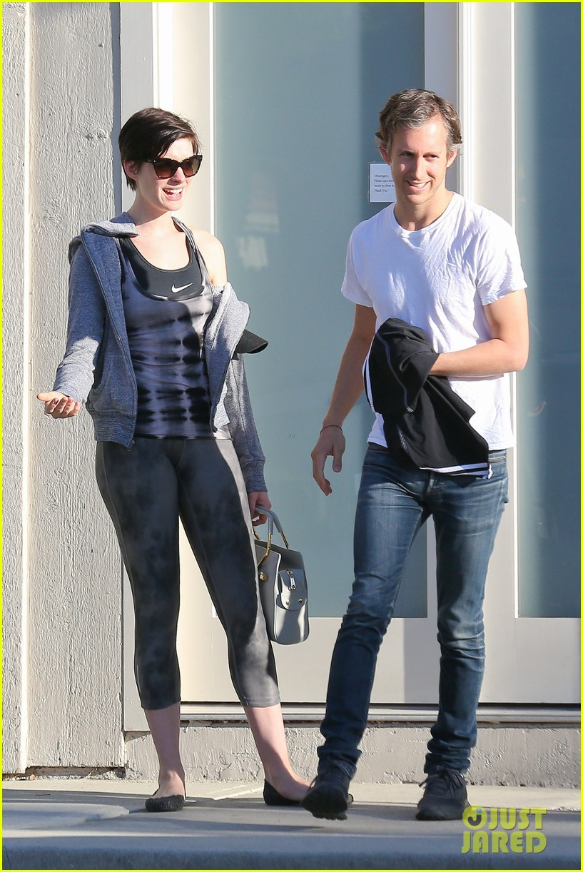 anne hathaway wears her workout gear for friendly visit 013060302