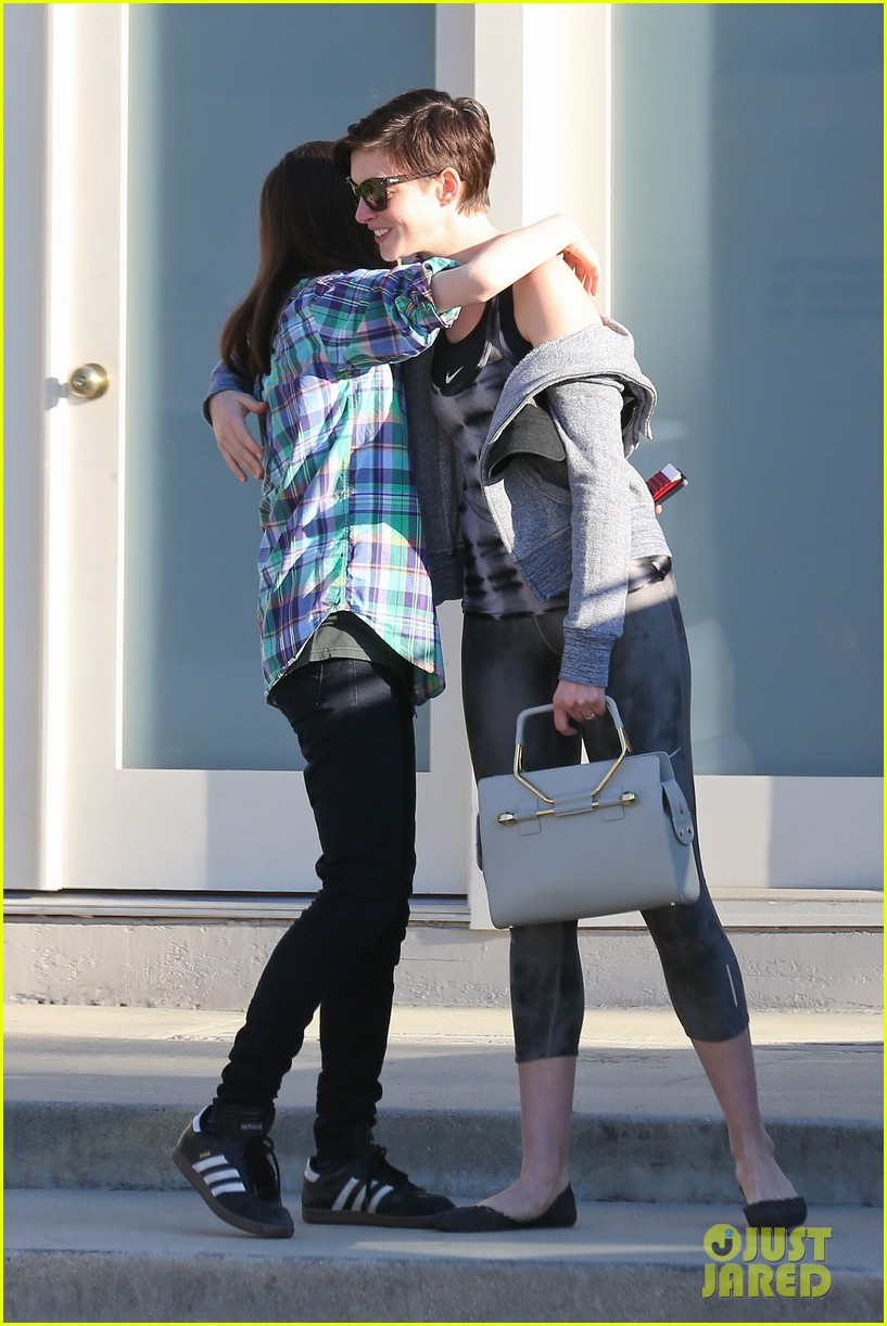 anne hathaway wears her workout gear for friendly visit 053060306
