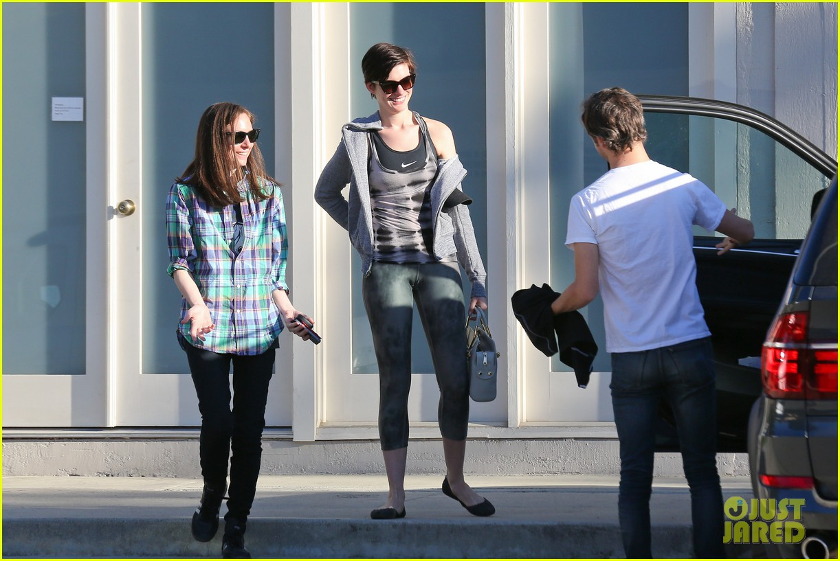 anne hathaway wears her workout gear for friendly visit 073060308