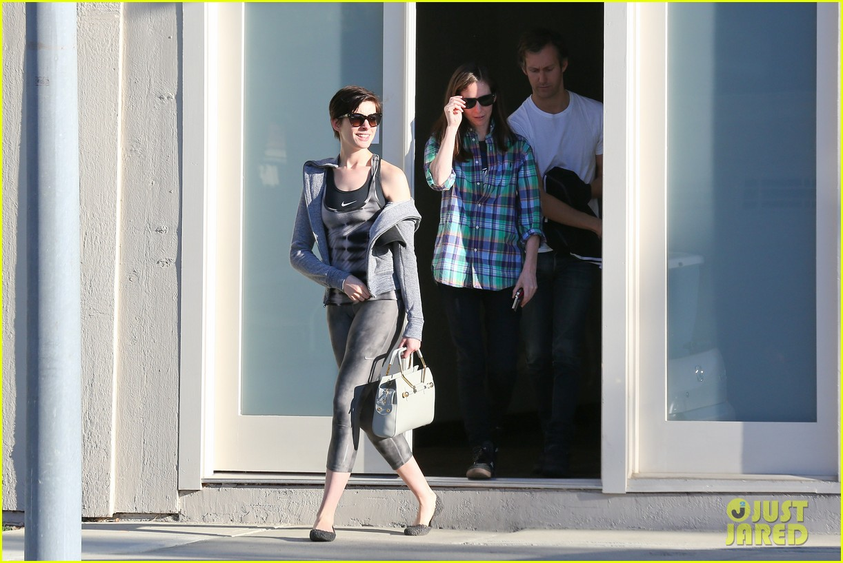 anne hathaway wears her workout gear for friendly visit 113060312