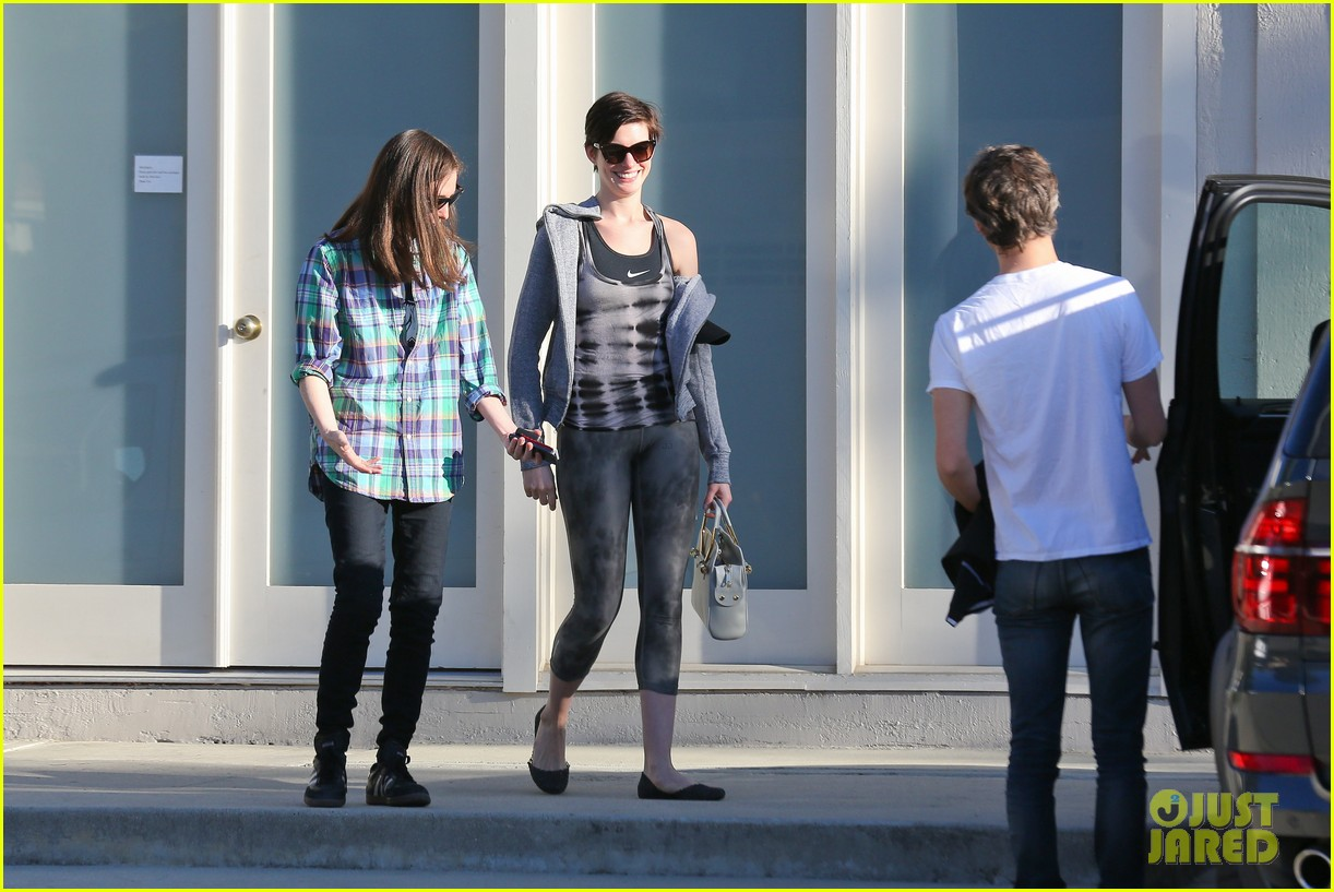 anne hathaway wears her workout gear for friendly visit 123060313