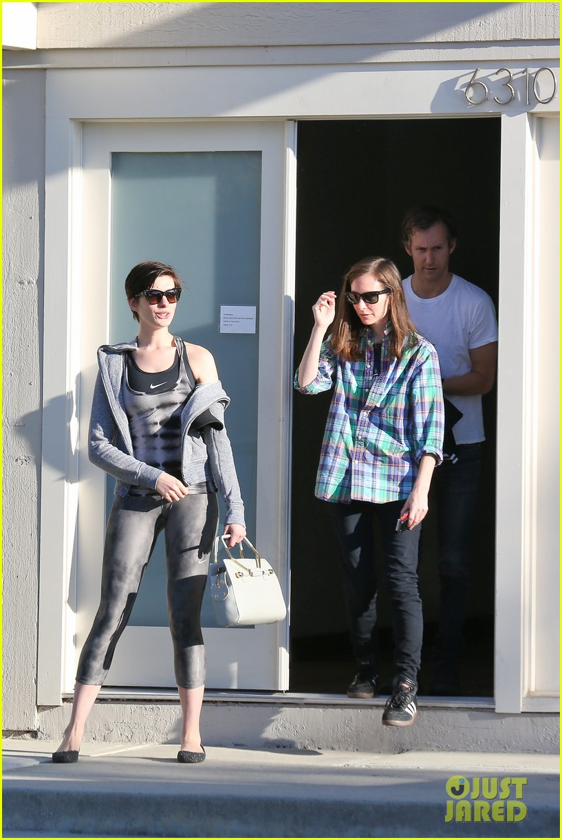 anne hathaway wears her workout gear for friendly visit 133060314
